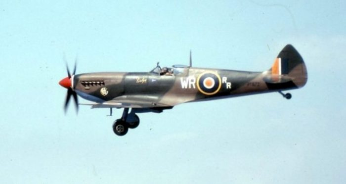 Spitfire Mk.IX no. PT672 flown by Major Alan Lurie. WR Markings signify 40 Squadron SAAF (Jun 43 – Oct 45). Photo: Col André Kritzinger CC BY-SA 3.0