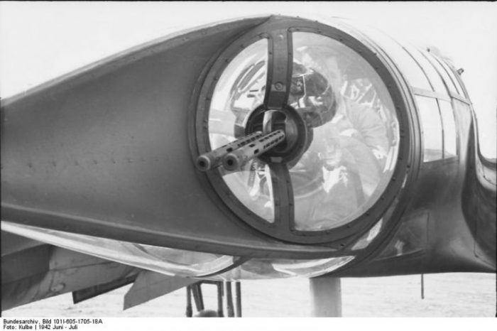 Close up view of an Ikaria-designed twin barrel machine gun mounting in the crew nacelle's tail cone. Photo by Bundesarchiv, Bild 101I-605-1705-18A Kulbe CC-BY-SA 3.0