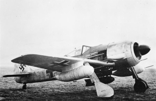 Fw 190 G-1 showing the ETC 250 bomb rack, carrying a 250 kg (550 lb) bomb, and the underwing drop tanks on VTr-Ju 87 mounts.