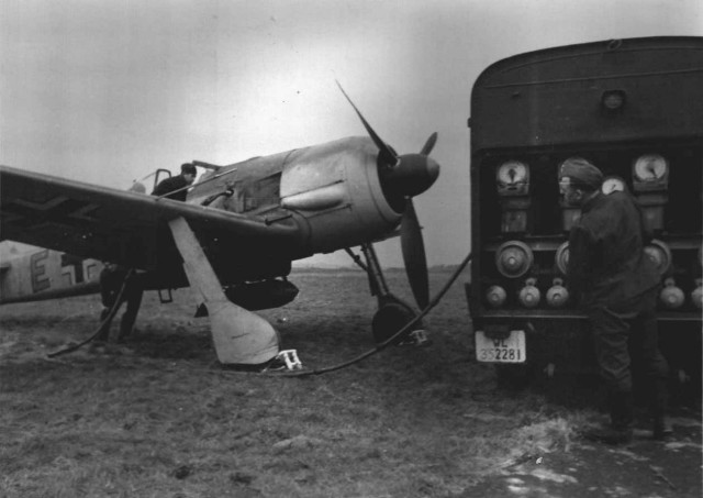 Schlachtflieger Fw 190 +E being fueled