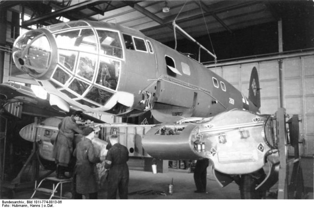 A He 111 in the preliminary stage of wing installation (Bundesarchiv, Bild 101I-774-0013-06 Hubmann, Hanns)