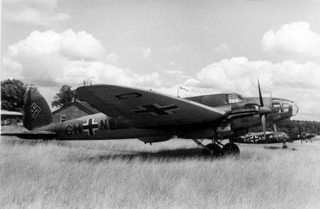 A He 111E in Luftwaffe service, 1940. The early variants had a conventional, stepped cockpit (Bundesarchiv, Bild 101I-401-0244-27 Göricke)