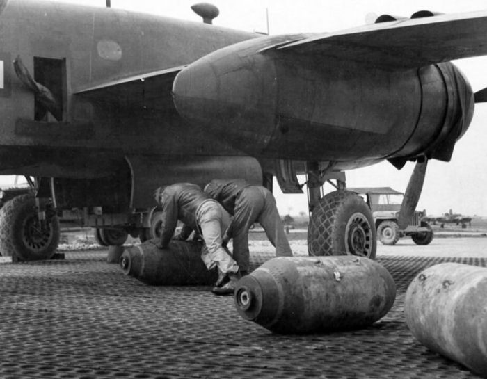 Loading bombs to B-25 Mitchell. Photo FORTEPAN National Archives